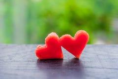 La pastèque a coupé en forme de coeur Composition plate en configuration Concept d'amour Jour du `s de Valentine Photos stock