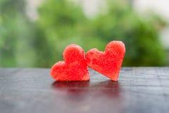 La pastèque a coupé en forme de coeur Composition plate en configuration Concept d'amour Jour du `s de Valentine Photos libres de droits