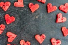 La pastèque a coupé en forme de coeur L'espace pour le texte Composition plate en configuration Concept d'amour Jour du `s de Val Photographie stock