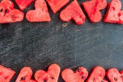 La pastèque a coupé en forme de coeur L'espace pour le texte Composition plate en configuration Concept d'amour Jour du `s de Val Photos stock