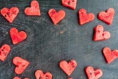 La pastèque a coupé en forme de coeur L'espace pour le texte Composition plate en configuration Concept d'amour Jour du `s de Val Images stock