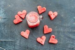 La pastèque a coupé en forme de coeur Smoothie de pastèque Composition plate en configuration Concept d'amour Jour du `s de Valen Photos libres de droits