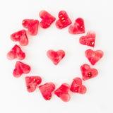 La pastèque a coupé en forme de coeur sur le fond blanc Concept d'amour Concept de jour du ` s de Valentine Configuration plate,  Photo stock