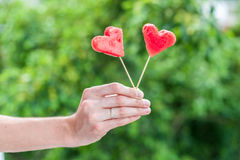 La pastèque a coupé en main de shapein de coeur Concept d'amour Jour du `s de Valentine Photo stock