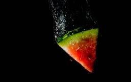 La pastèque tombant dans l'eau mangent, bain, vitesse images stock