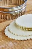La pasta cocinada para el cocinero que cuece que cocina los abrigos de la pasta hace el pastel de queso con recetas completas de  Fotografía de archivo