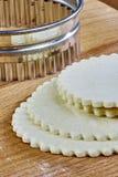 La pasta cocinada para el cocinero que cuece que cocina los abrigos de la pasta hace el pastel de queso con recetas completas de  Foto de archivo libre de regalías