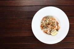La pasta con frutti di mare e parmigiano esiste su un fondo di legno immagini stock libere da diritti