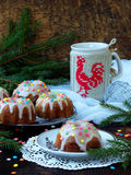 La pasta de azúcar adornada los molletes dulces, multicolora asperja Magdalenas en fondo oscuro con las ramas spruce La Navidad y Fotos de archivo libres de regalías