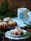 La pasta de azúcar adornada los molletes dulces, multicolora asperja Magdalenas en fondo oscuro con las ramas spruce La Navidad y Imagen de archivo libre de regalías
