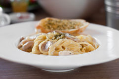 La pasta degli spaghetti con il andBread della salsiccia in aglio bianco del piatto Immagine Stock