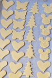 La pasta del biscotto nelle forme differenti si trova sullo shee di cottura Fotografia Stock