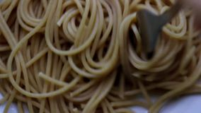La pasta fatta a mano è torsione su una forcella video d archivio