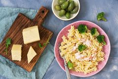 La pasta fresca con formaggio ed i broccoli sono serviti su un piatto rosa La vista dalla parte superiore Immagine Stock
