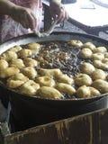 La pasta frita se pega en cacerola de aceite de cocina caliente Foto de archivo