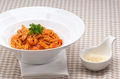 Pasta italiana degli spaghetti con il pomodoro ed il pollo Fotografia Stock