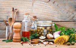 La pasta italiana di concetto dell'alimento con l'olio d'oliva delle verdure ha condito immagine stock