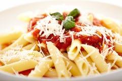 La pasta italiana tradizionale con il pomodoro e le merguez sauce i decori Immagini Stock