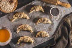 La pasta per i croissant Preparazione dei croissant nella cucina immagini stock libere da diritti