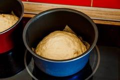 La pasta per la torta si trova nel vaso Fotografie Stock