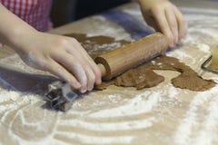 La pasta rotola per i biscotti di natale Immagini Stock Libere da Diritti