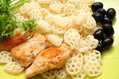 La pasta rotonda con fritto checken, prezzemolo ed olive immagine stock libera da diritti