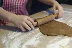 La pasta rueda para las galletas de la Navidad Foto de archivo libre de regalías