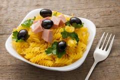 La pasta a spirale con le olive ed il prezzemolo Fotografie Stock Libere da Diritti