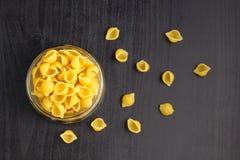 La pasta tradizionale deliziosa del conchiglie sguscia la pasta italiana dei maccheroni nel barattolo di vetro fotografie stock libere da diritti