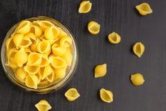 La pasta tradizionale deliziosa del conchiglie sguscia la pasta italiana dei maccheroni nel barattolo di vetro immagini stock libere da diritti
