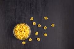 La pasta tradizionale deliziosa del conchiglie sguscia la pasta italiana dei maccheroni nel barattolo di vetro immagine stock libera da diritti