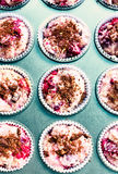 La pastella cruda del muffin in vassoio del muffin, aspetta per cuocere. Primo piano. Immagine Stock Libera da Diritti