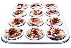 La pastella del muffin della ciliegia e del cioccolato in una latta antiaderante del muffin, è Fotografia Stock Libera da Diritti