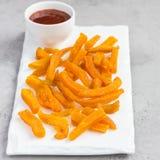 La patata dulce cocida sana fríe en la placa blanca servida con la salsa picante, formato cuadrado Imágenes de archivo libres de regalías