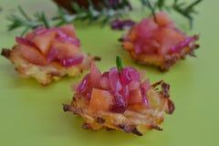 La patata e la pastinaca agglutina con Apple-cipolla-composta Immagine Stock