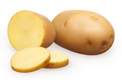 La patata non sbucciata fresca, mezze interi e due hanno tagliato i pezzi a pezzi immagine stock
