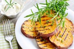 La patate douce a fait et a grillé cuire au four avec de la sauce à american national standard de romarin Images stock