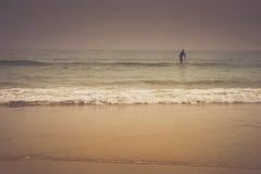 La patience - surfer de coucher du soleil Photos stock