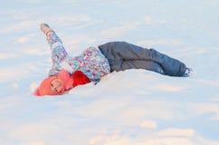 La patineuse de fille est dans la neige Photos stock