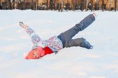 La patineuse de fille est dans la neige Photo stock