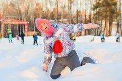 La patineuse de fille est dans la neige Images libres de droits
