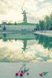 La patria chiama il monumento con i retro colori Fotografia Stock