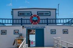 La patrulla de la playa de Atlantic City establece jefatura del edificio seg?n lo considerado del paseo mar?timo imagen de archivo
