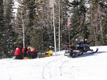 La patrulla del esquí se prepara para evacuar Imagenes de archivo