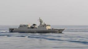 La patrullera oceánica de HTMS Narathiwat OPV 512 de la marina de guerra tailandesa real navega en el golfo de Tailandia imagenes de archivo