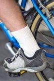 La patte de l'homme sur la pédale du cycle en position inférieure Photos stock