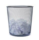 La pattumiera ha riempito di carta sbriciolata isolata su backgroun bianco Fotografia Stock Libera da Diritti