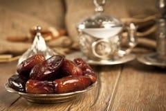 La paume de datte sèche porte des fruits ou kurma, nourriture (ramazan) de Ramadan Photo stock