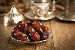 La paume de datte sèche porte des fruits ou kurma, nourriture (ramazan) de Ramadan Photographie stock libre de droits