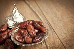 La paume de datte sèche porte des fruits ou kurma, nourriture (ramazan) de Ramadan Photo libre de droits